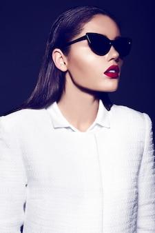 Portret pięknej stylowej kobiety z czerwonymi ustami