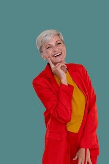 Portret pięknej stylowej starszej kobiety