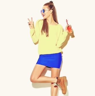 Portret pięknej szalonej uśmiechnięte dziewczyny brunetka dama dorywczo hipster lato kolorowe ubrania z czerwonymi ustami