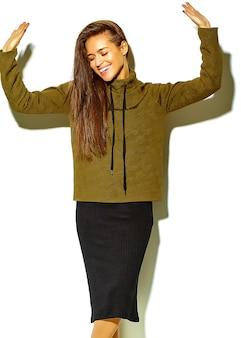Portret pięknej szczęśliwa śliczna uśmiechnięta brunetki kobiety dziewczyna w przypadkowym brown modnisia lata ubraniach bez makeup odizolowywającego na bielu, taniec