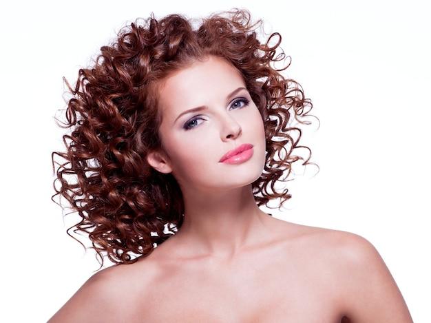 Portret pięknej szczęśliwa uśmiechnięta kobieta z brunetka kręcone włosy - na białym tle.
