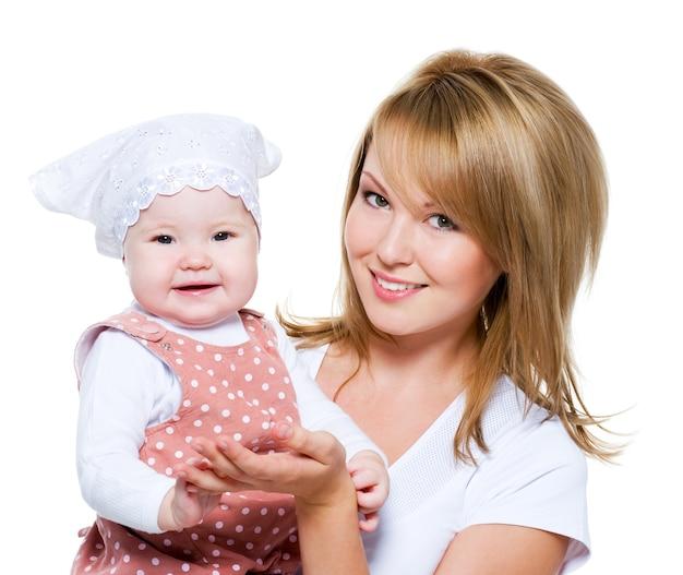 Portret pięknej szczęśliwej matki z dzieckiem na białym tle
