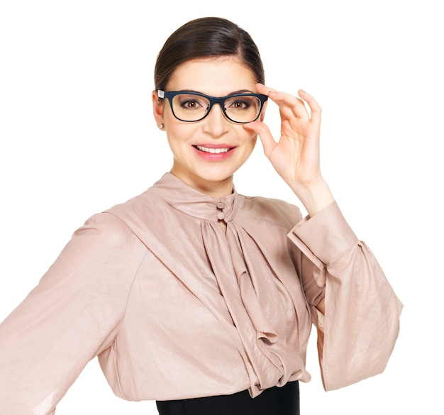 Portret pięknej szczęśliwej młodej kobiety w okularach i beżowej koszuli z czarną spódnicą - na białym tle