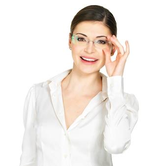 Portret pięknej szczęśliwej młodej kobiety w okularach i białej koszuli biurowej - na białym tle