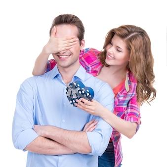 Portret pięknej szczęśliwej pary na białym tle