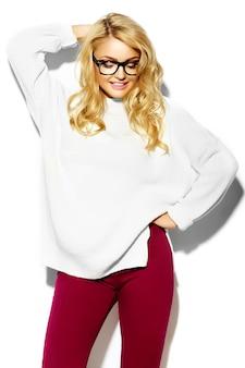 Portret pięknej szczęśliwy słodki ładny uśmiechający się blond kobieta w dorywczo hipster ciepły biały sweter ubrania, w okularach