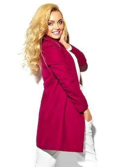 Portret pięknej szczęśliwy słodki uśmiechnięta blondynka kobieta dziewczyna w dorywczo hipster kolorowe ubrania kurtkę