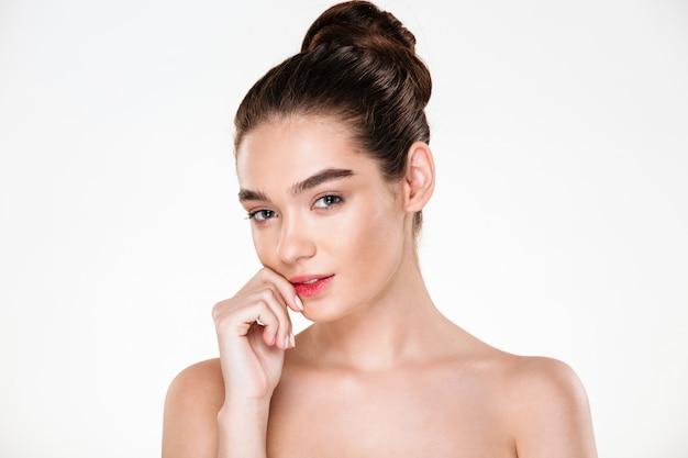 Portret pięknej uroczej młodej kobiety z doskonałej skóry pozowanie