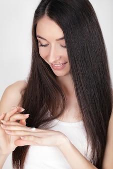 Portret pięknej uśmiechający się azjatyckie kobiety z elegancką fryzurę i idealny miękki makijaż. koncepcja kosmetyków do pielęgnacji skóry. piegi twarz., studio strzał