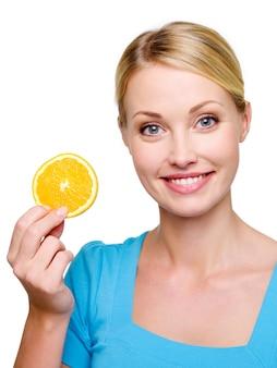 Portret pięknej uśmiechnięta blond kobieta z cantle orange