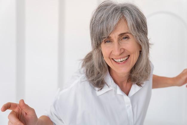 Portret pięknej uśmiechniętej starszej kobiety