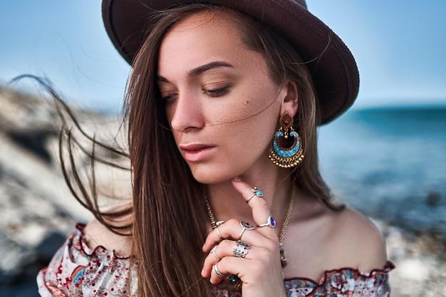 Portret pięknej wspaniałej stylowej zmysłowej kobiety boho-chic brunetka
