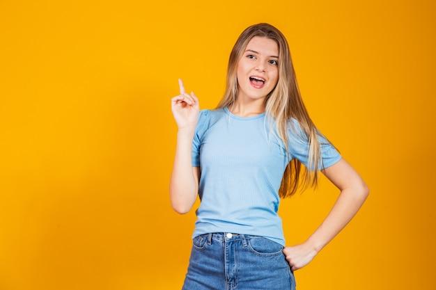 Portret pięknej wyrazistej młodej brunetki z pomysłem znak.