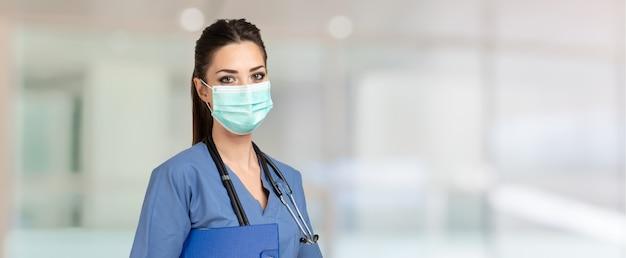 Portret pięknej zamaskowanej pielęgniarki podczas pandemii koronawirusa