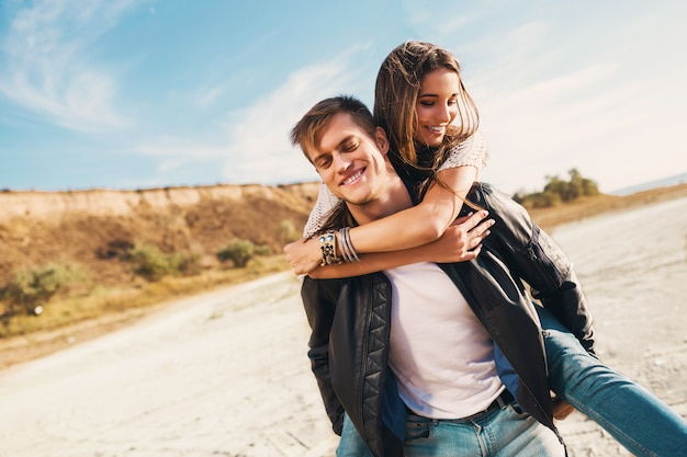 Portret pięknej zdrowej młodej dziewczyny i chłopaka przytulanie szczęśliwi dorośli. młoda ładna para zakochanych, randki na słonecznej wiosnie wzdłuż plaży. ciepłe kolory.