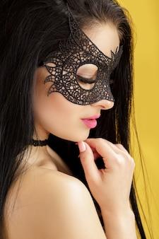 Portret Pięknej Zmysłowej Kobiety W Masce Czarnej Koronki. Seksowna Kobieta W Weneckiej Masce Premium Zdjęcia