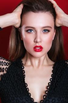 Portret pięknej zmysłowej kobiety z czerwonymi ustami