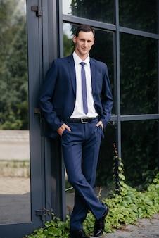 Portret piękny biznesowy mężczyzna w błękitnym kostiumu.