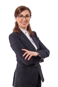 Portret piękny bizneswomanu 50 ucho starych w krzyżującej ręki pozie odizolowywającej na bielu.