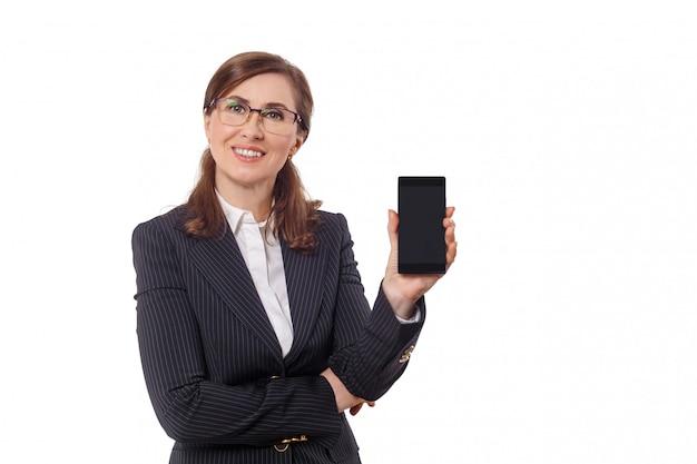 Portret piękny bizneswomanu 50 ucho starych z telefonem komórkowym odizolowywającym na bielu.