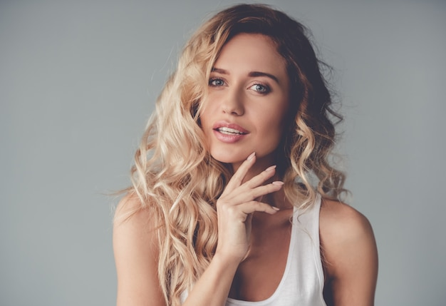 Portret piękny blondynki dziewczyny pozować