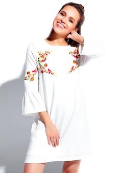 Portret piękny caucasian uśmiechnięty brunetki kobiety model w białego lata stylowej sukni