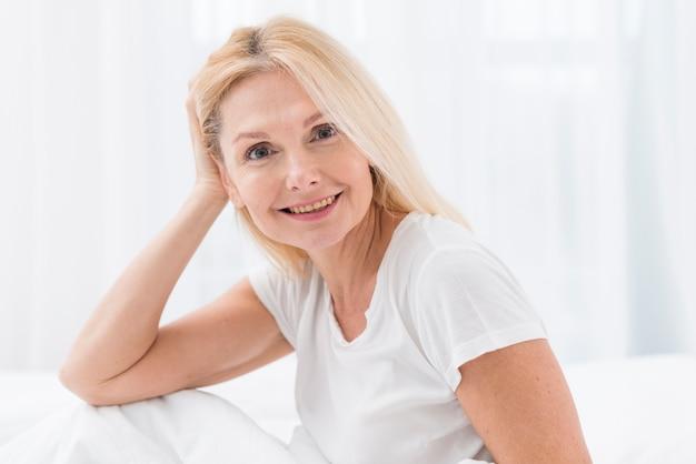 Portret piękny dojrzały kobiety ono uśmiecha się
