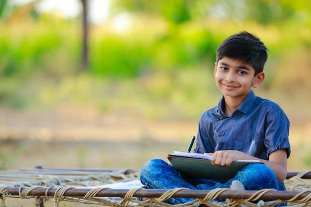 Portret piękny indyjski mały chłopiec