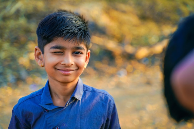 Portret piękny indyjski mruga chłopiec