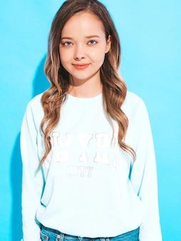 Portret piękny ładny model z różowe usta. dziewczyna w letnie białe ubrania. pozowanie modelu