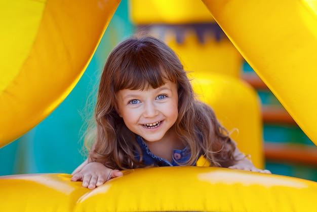 Portret piękny małej dziewczynki patrzeć