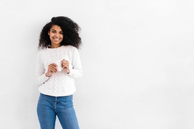 Portret piękny młodej kobiety ono uśmiecha się