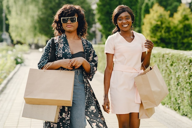 Portret pięknych młodych czarnych kobiet z torby na zakupy