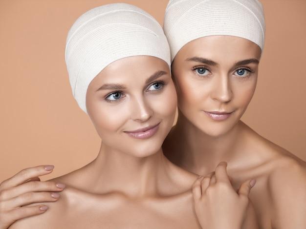 Portret pięknych młodych kobiet na brązowym tle