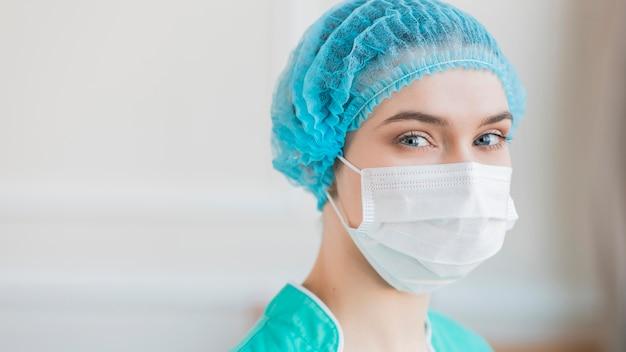 Portret pielęgniarka z maską medyczną
