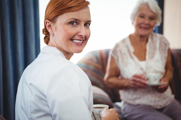 Portret pielęgniarki patrząc za nią