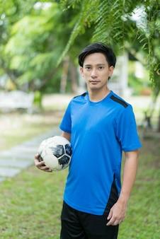 Portret piłkarz, nastolatek piłka nożna