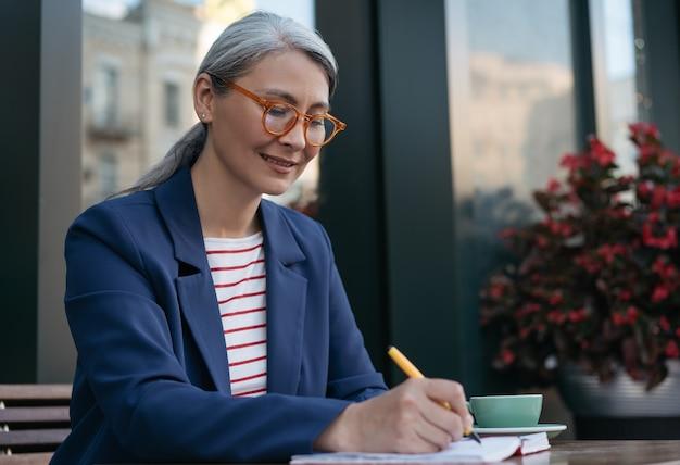 Portret pisarza azjatyckiego w średnim wieku, notatek. udany biznes