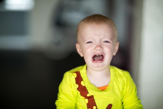 Portret płacz chłopiec dziecko