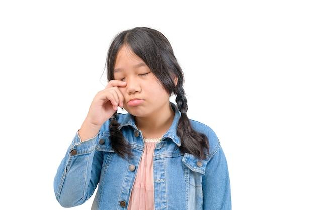 Portret płacz małej dziewczynki na białym tle, smutna emocja twarz koncepcja