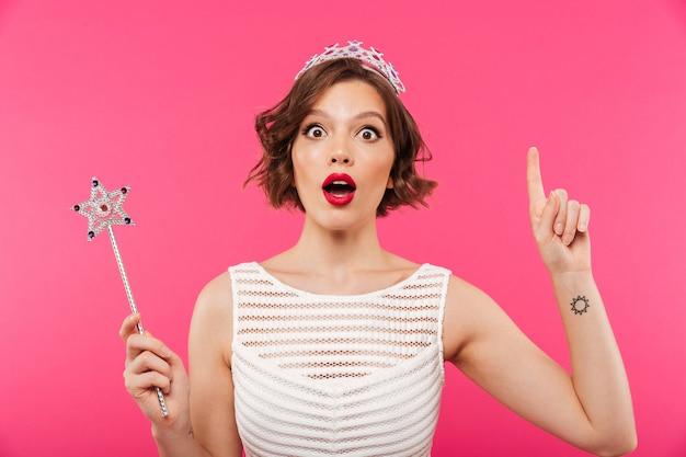 Portret podekscytowana dziewczyna nosi koronę