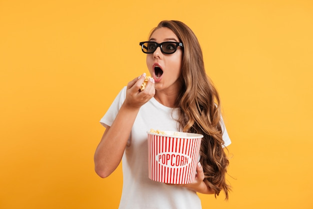 Portret podekscytowana dziewczyna w okularach 3d