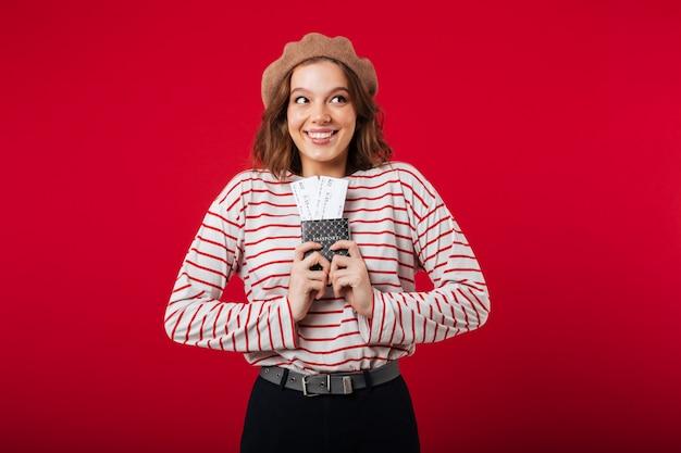 Portret podekscytowana kobieta trzyma paszport z latania biletów