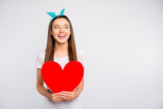Portret podekscytowana pozytywna wesoła dziewczyna trzyma czerwone duże serce karty papieru
