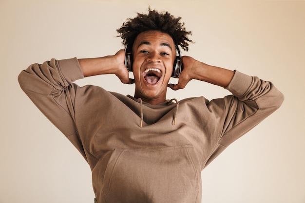 Portret podekscytowanego młodego afroamerykanina