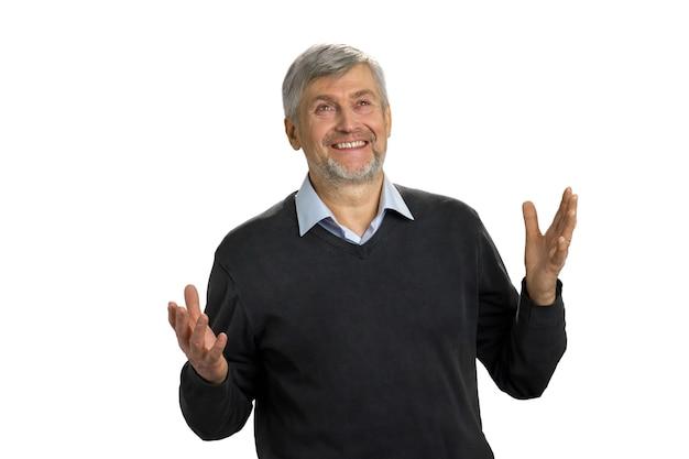 Portret podekscytowany dojrzały mężczyzna stojący z uniesionymi rękami i patrząc w górę na białym tle.