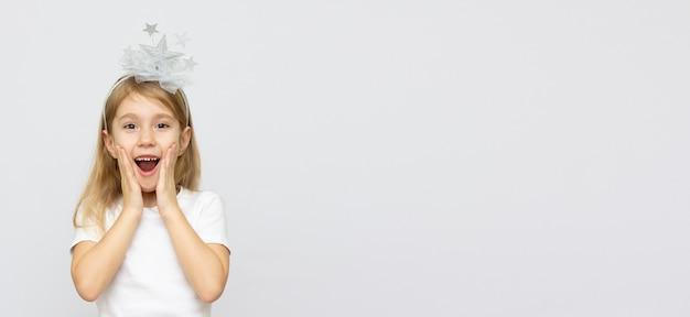 Portret podekscytowany młoda dziewczyna trzymając się za ręce na pisklętach na białym tle i patrząc na miejsce na kopię aparatu