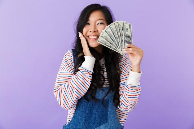 Portret podekscytowany młoda kobieta azji na białym tle