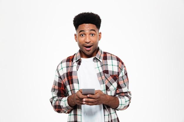 Portret podekscytowany młody człowiek afryki