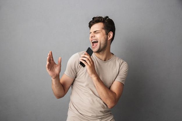 Portret podekscytowany młody człowiek w koszulce